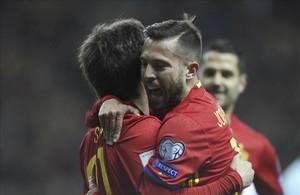 Alba se abraza a Silva después de que el canario marcase a pase suyo el primer gol de la selección española ante Israel.