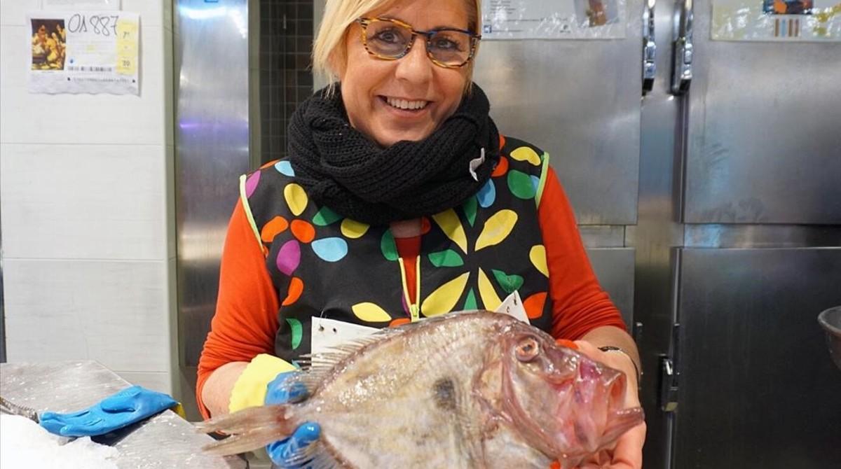 Asun Ferrer, propietaria del puesto Peixateria Baleta,en el mercado de la Barceloneta.