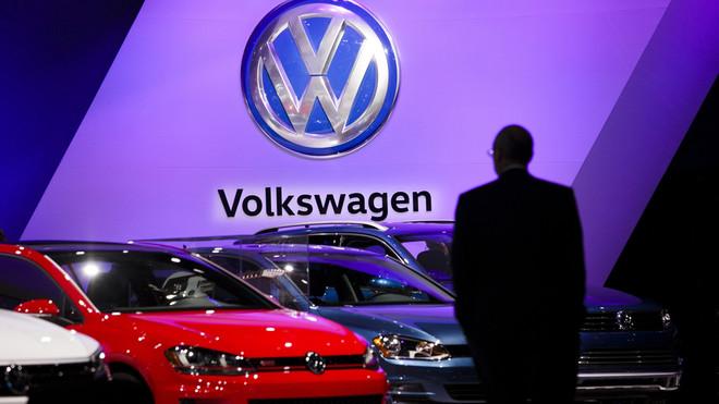 SO1 NUEVA YORK (ESTADOS UNIDOS), 26/07/2016.- Fotografía de archivo fechada el 23 de marzo de 2016 que muestra a un hombre observando varios modelos del fabricante de automóviles alemán Volkswagen en el Salón del Automóvil de Nueva York, Estados Unidos. El juez estadounidense encargado del caso de la manipulación de motores diésel de Volkswagen para falsear emisiones contaminantes aprobó hoy, 26 de julio de 2016, de forma preliminar el acuerdo alcanzado en junio por el fabricante alemán y las autoridades de EEUU, valorado en 15.000 millones de dólares. El juez Charles Breyer anunció durante una vista en San Francisco (EEUU) que ha aprobado de forma preliminar el acuerdo que alcanzaron el pasado 28 de junio las autoridades estadounidenses y Volkswagen por el que la compañía automovilística pagará hasta 10.033 millones de dólares como compensación a los 475.000 propietarios de vehículos equipados con motores diésel 2.0L TDI. EFE/JUSTIN LANE