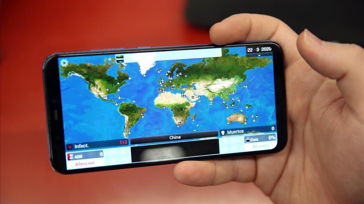 Un jugador muestra Plague Inc, la aplicación para exterminar a la humanidad mediante una pandemia.