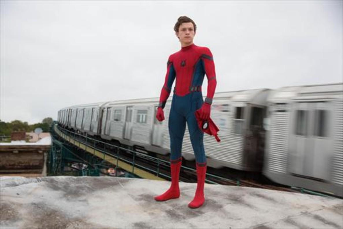 Tom Holland, con el traje de Spiderman, que no tiene cremalleras y que se cose a mano cada vez que se pone. Spiderman: Homecoming se estrena el 28 de julio.
