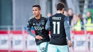 Justin Kluivert sustituye a Amin Younes y hace así su debut con el primer equipo del Ajax.
