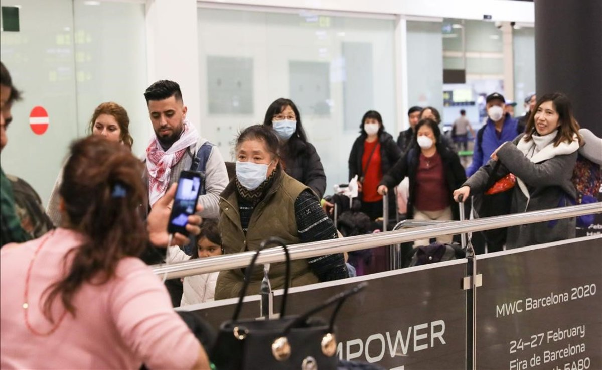 Llegada a Barcelona de pasajeros de un vuelo de Air China procedente de Beijing.