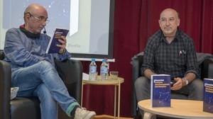 Lluís Llach y Germà Bel, durante la presentación del libro de este, en Barcelona.