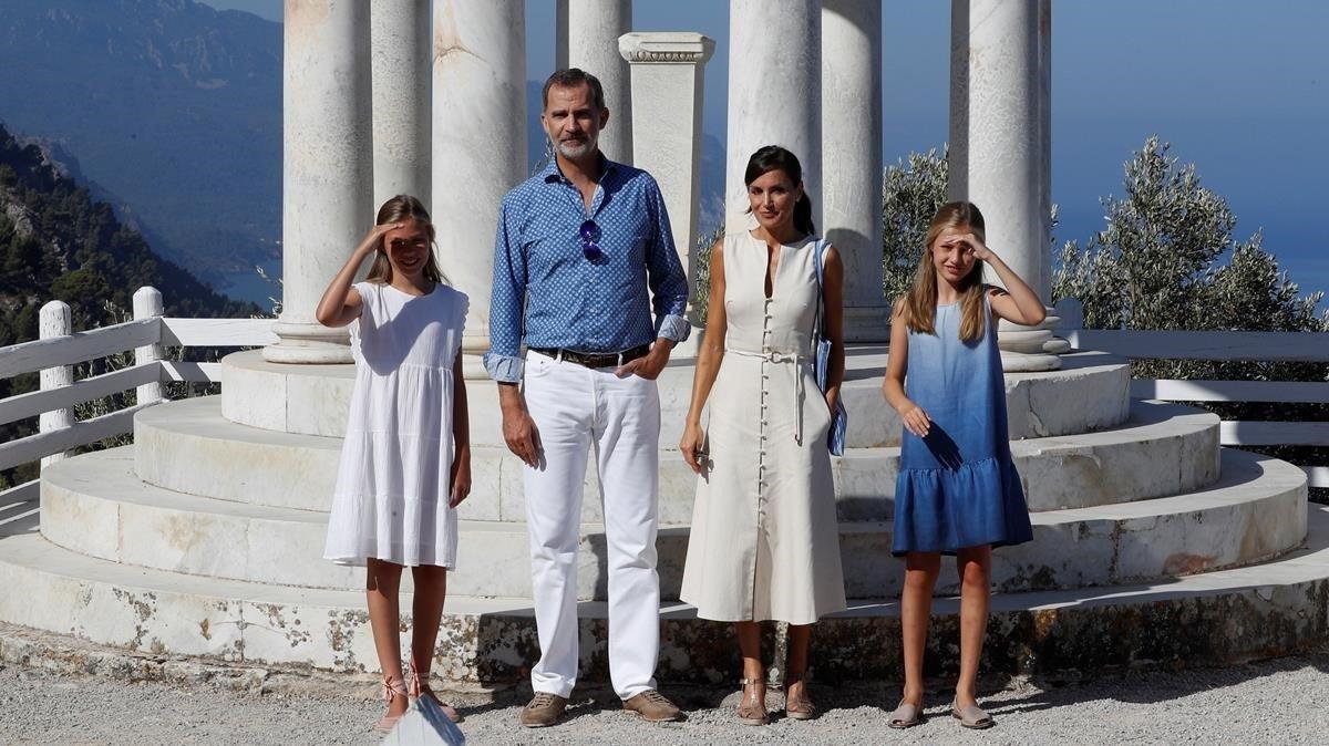 El rey Felipe VI, la reina Letizia y sus hijas Leonor y Sofía durante su visita a Son Marroig.