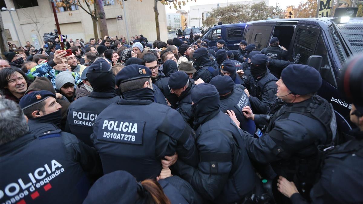 Los concentrados se enfrentan a los Mossos ante el Museu de Lleida.