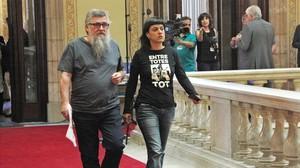 Los diputados de la CUP Joan Garriga y Anna Gabriel dirigiéndosea la reunión con el president Carles Puigdemont y el vicepresidente Oriol Junqueras, el pasado miércoles en el Parlament.