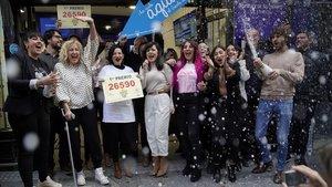 Los empleados de doña Manolita celebran su éxito, hoy en Madrid.
