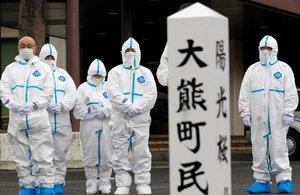 Los evacuados de la ciudad de Okuma, afectada por el terremoto de Fukushima, rinden homenaje a las víctimas.