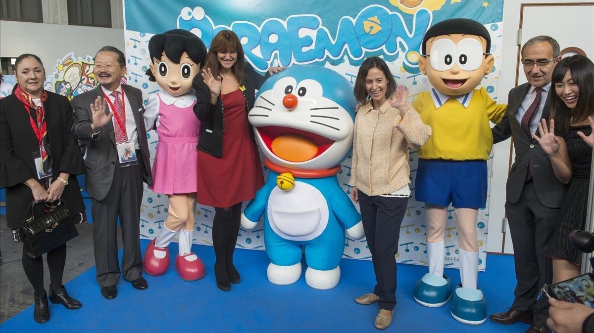 Los fans junto a las autoridades fotografiándose en el fantástico mundo de Doraemon.