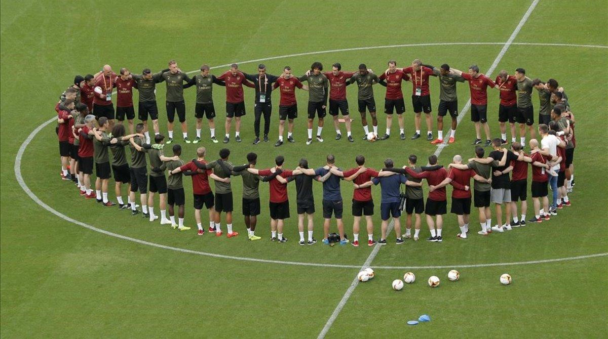 Los jugadores del Arsenal se motivan antes de empezar el entrenamiento en el estadio Olímpico de Bakú (Azerbayán), la sede de la final.