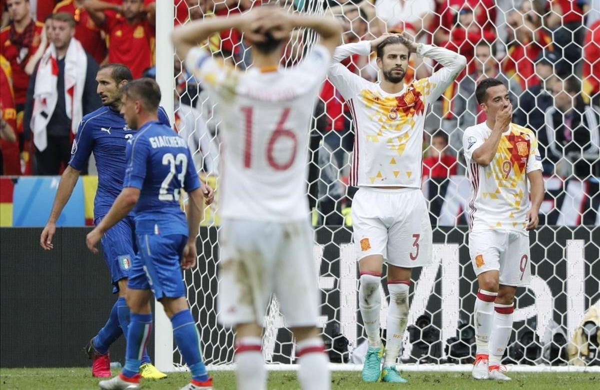 Los jugadores de la selección,Gerard Piquey Lucas Vázquez,y los de Italia Giorgio Chiellini y Emanuele Giaccherini.