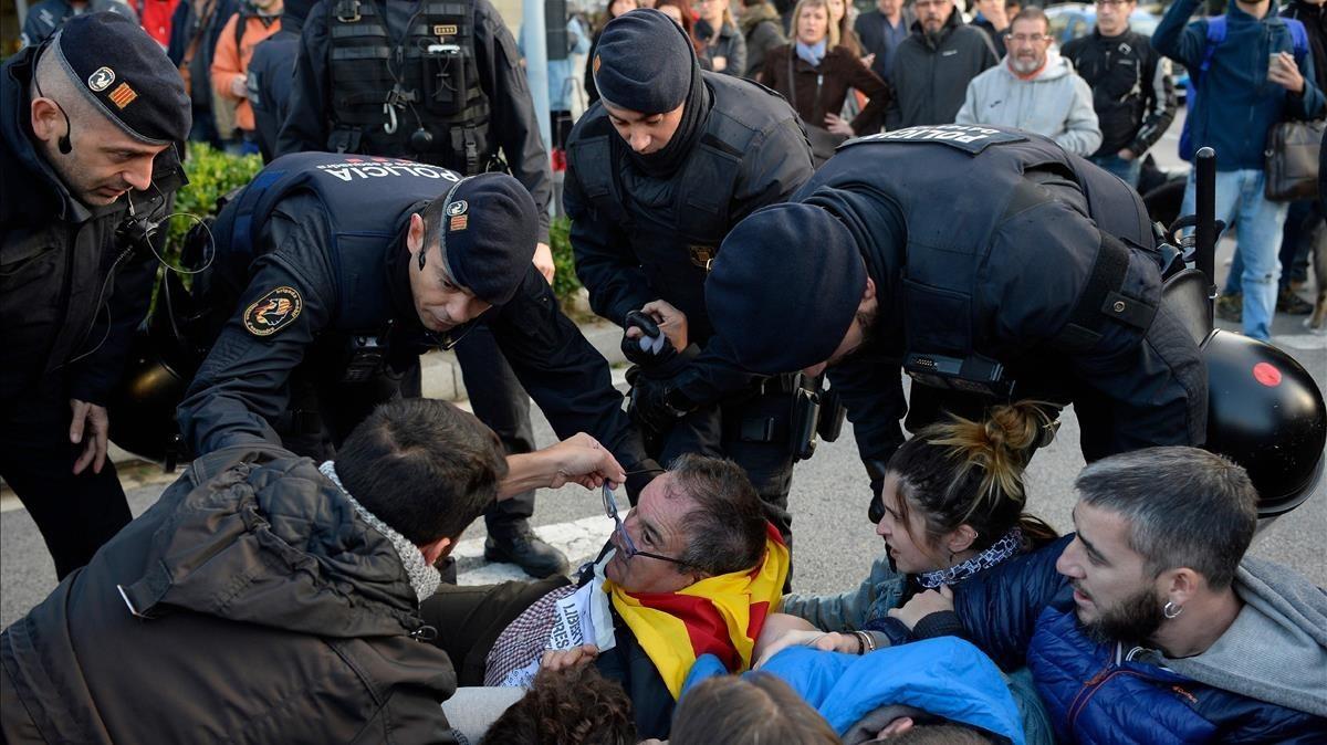 Los Mossos actúan ante los piquetes de la plaça Cerdà de Barcelona.