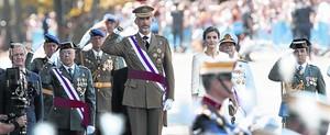 Los reyes Felipe y Letizia presiden el desfile del Día de las Fuerzas Armadas.