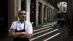 Arnau Muñío, bajo los pórticos de la Boqueria, con la entrada del restaurante detrás.