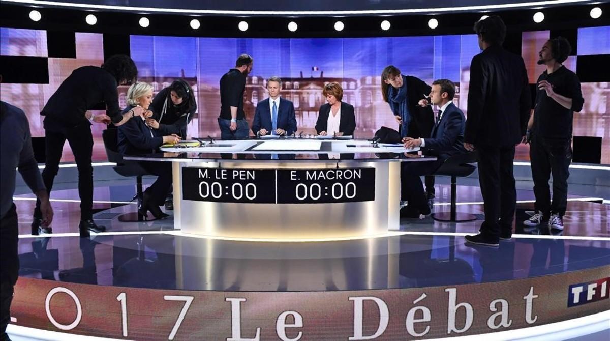 Le Pen y Macron, en los instantes previos al debate televisado.