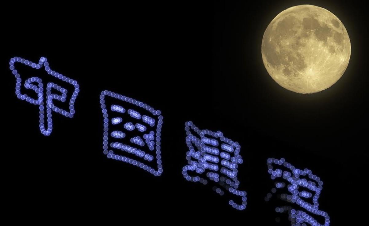 El fenomeno de la luna llena seguido en Baijing, China.
