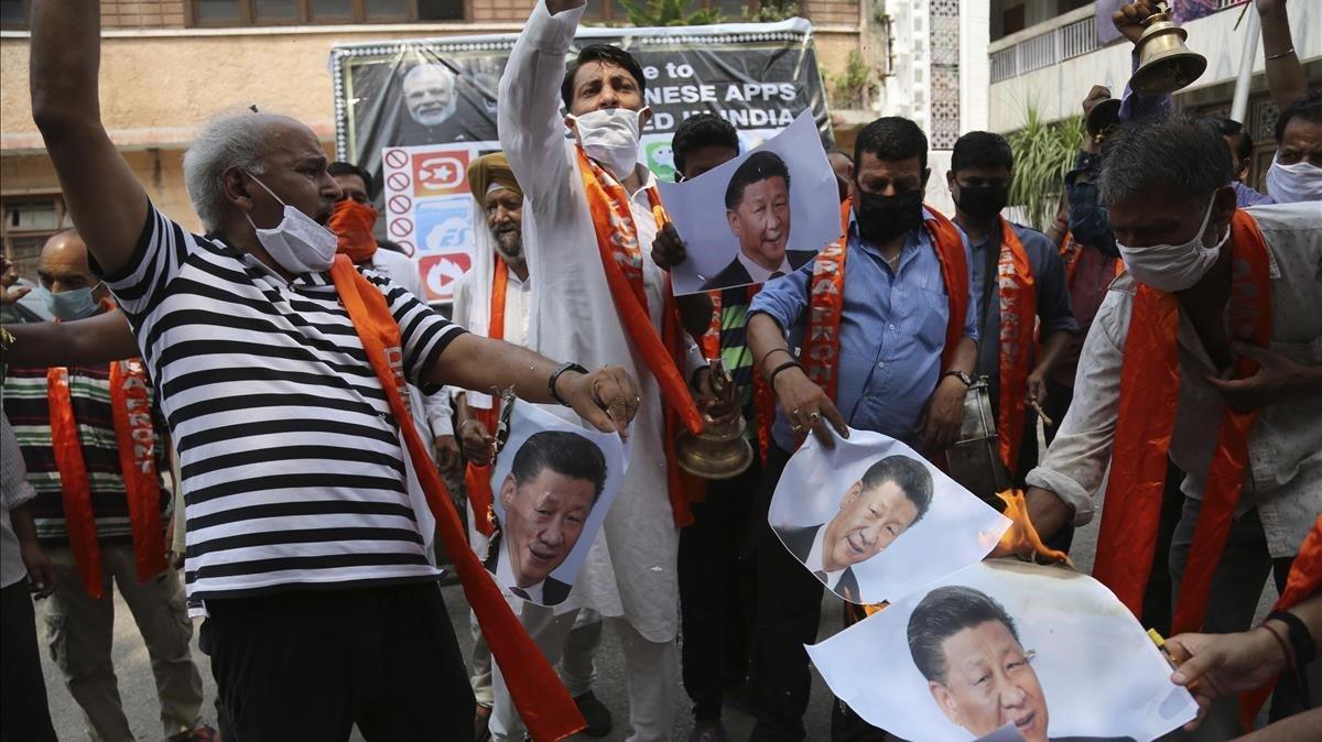 Manifestantes indios de Jammu queman fotos del presidente chino, Xi Jinping, el pasado miércoles.