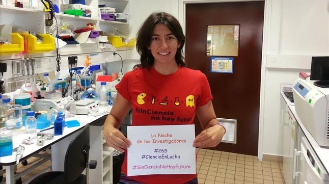 María Almena, portavoz del Grupo de Trabajo de Voto de Marea Granate, en una reivindicación del papel de la ciencia, en París, donde reside.