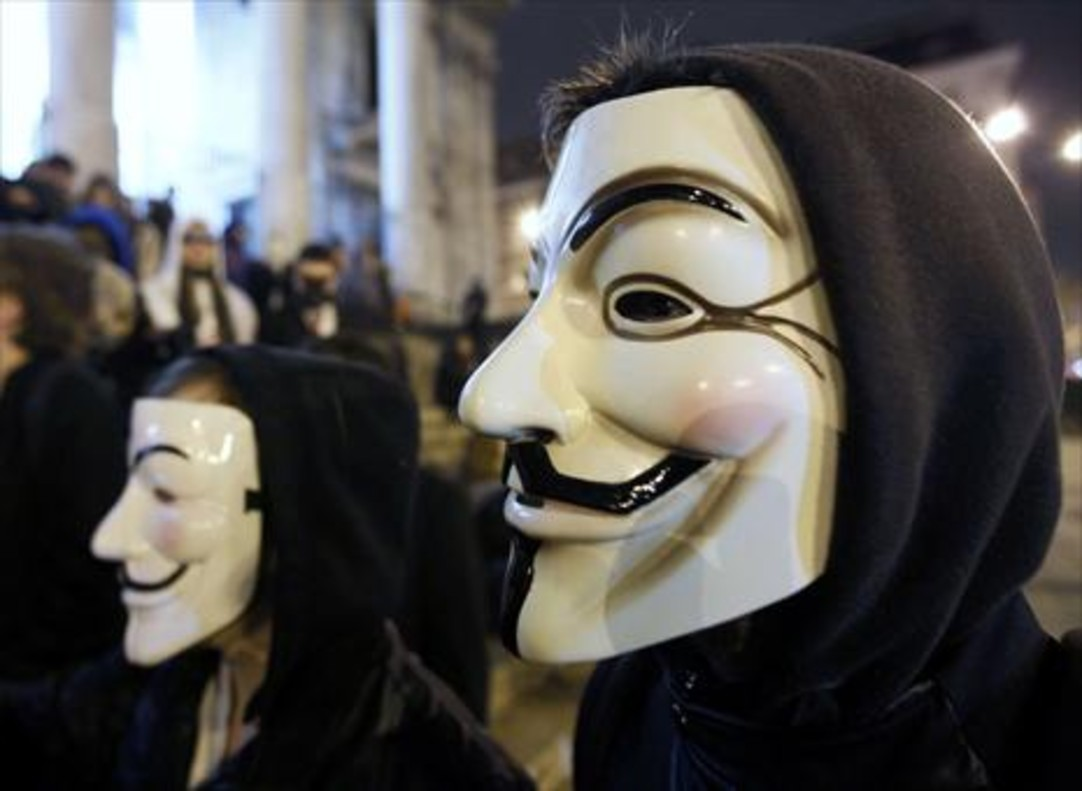 Protesta en Bruselas aludiendo a Anonymous.