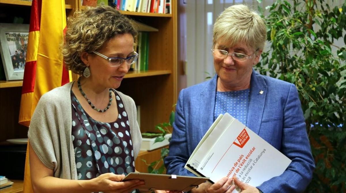 La 'consellera' d'Ensenyament, Clara Ponsatí, y su antecesora, Meritxell Ruiz, durante el traspaso de la cartera enla sede del departamento.