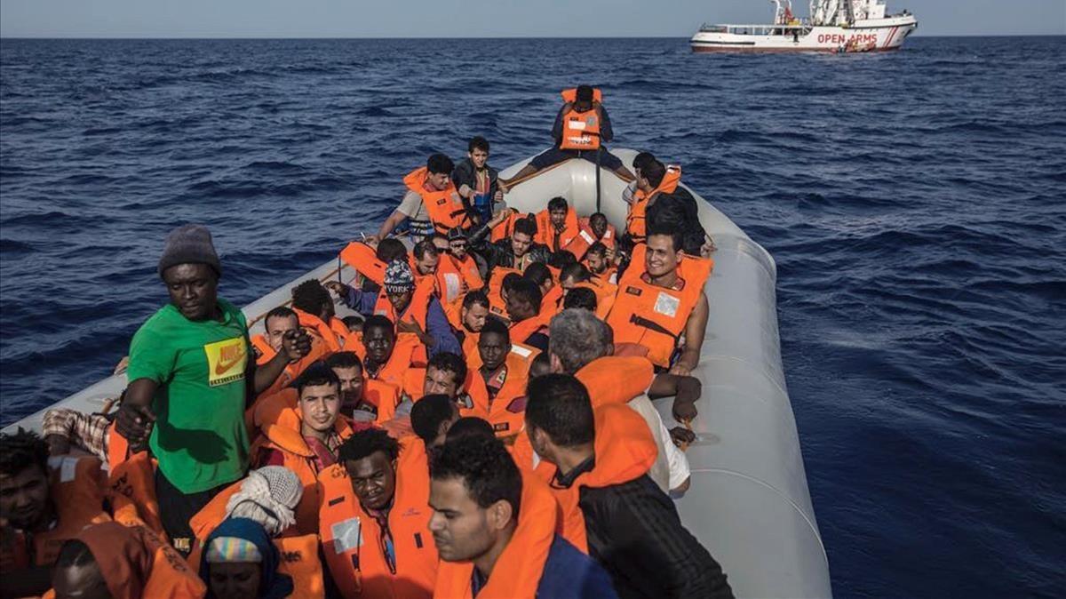 Un grupo de inmigrantes rescatados por la oenegé Open Arms.
