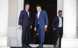 Mitsotakis despide a Tsipras del palacio del Gobierno en Atenas.