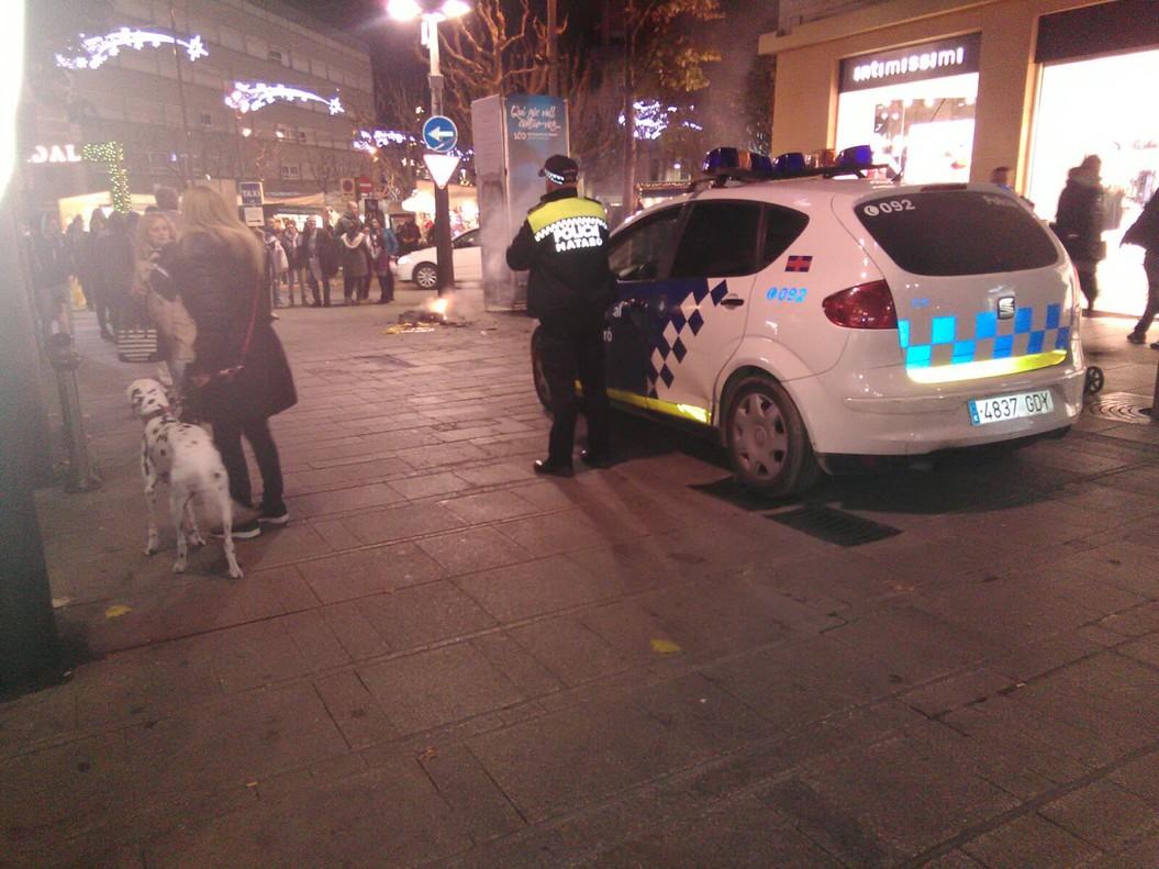 Momento en qué la policía local de Mataró acude a la quema de la bandera española en La Riera, esta noche.