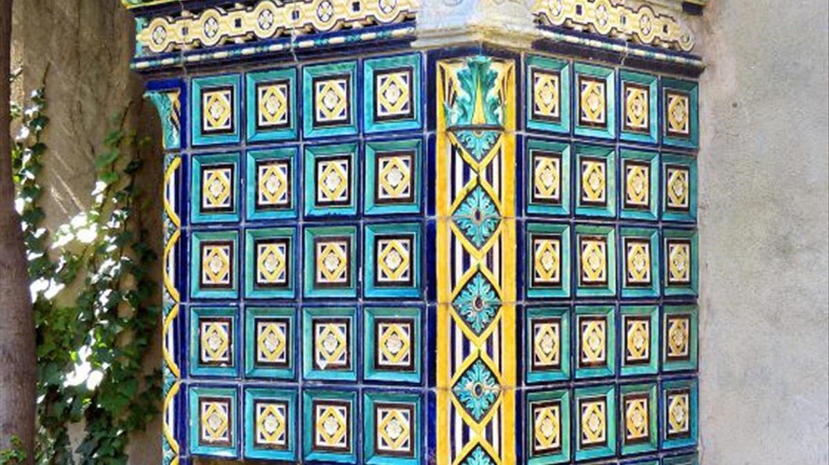 Mosaico con baldosa cerámica en la finca Güell de Pedralbes.