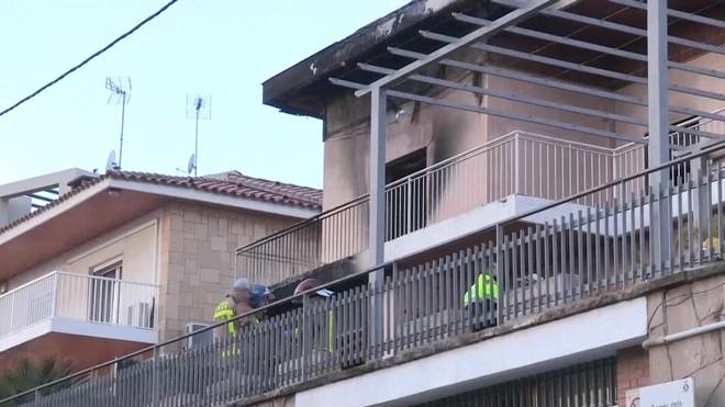 Un hombre de avanzada edad ha fallecido este lunes por la mañana en el incendio de una casa unifamiliar de Sant Boi de Llobregat.