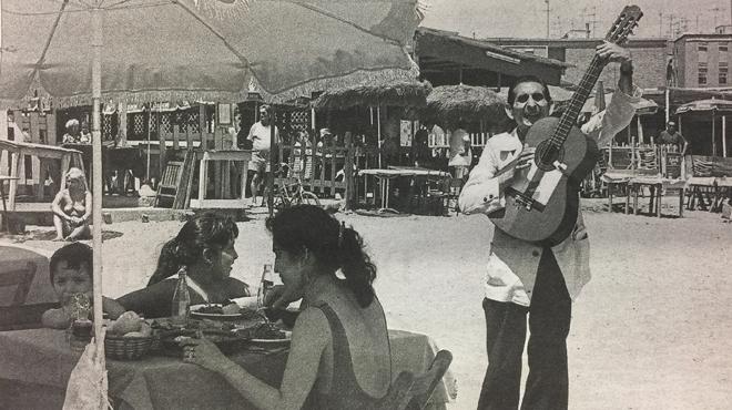 Cortés guitarreandofrente al Merendero de la Mari, en la Barceloneta en 1982.