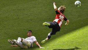 Muniaín recibe una entrada de Casemiro en el Athletic-Madrid de San Mamés.