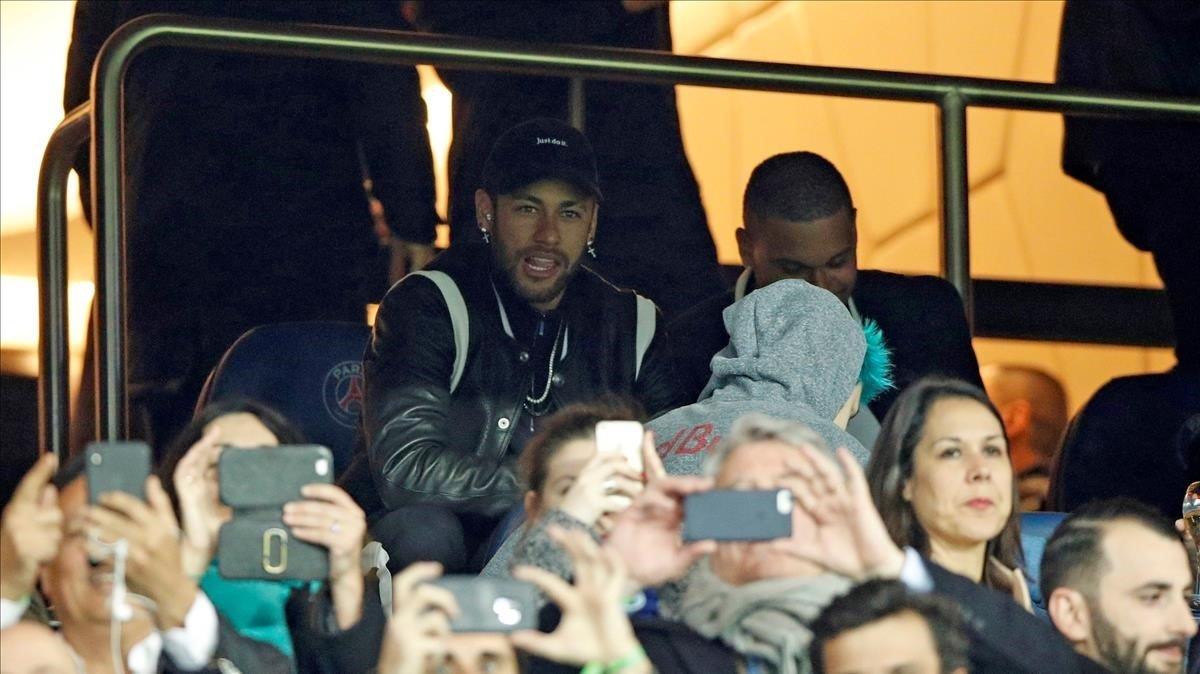 Neymar viendo el partido del PSG - Manchester United desde la grada.
