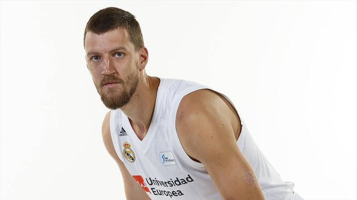 El jugador de baloncestoOgnjen Kuzmic, con la camiseta del Real Madrid.