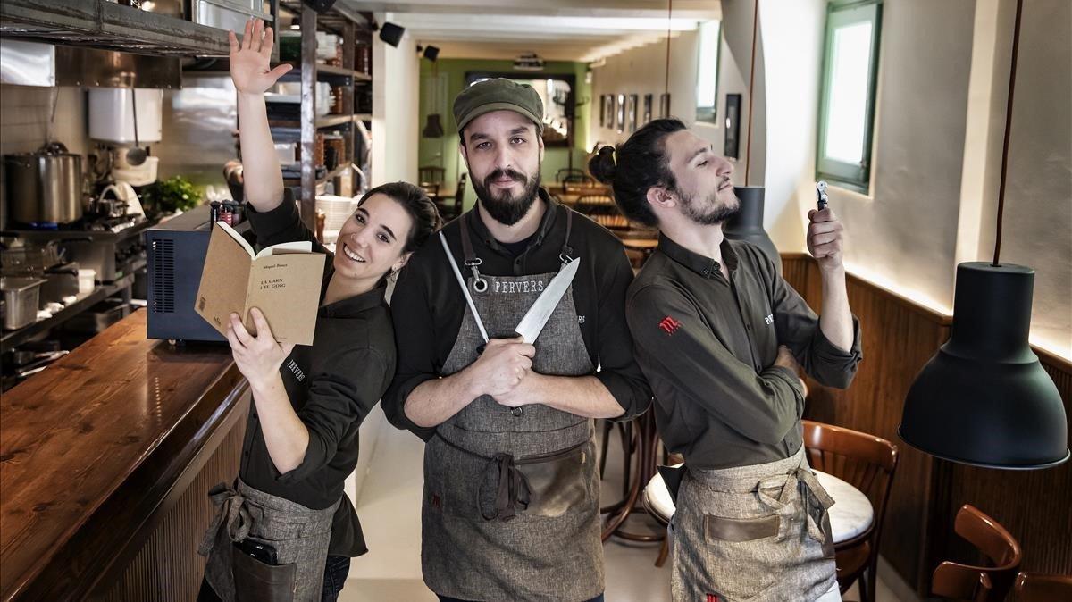 Vera Sanahuja, Albert Cambra y Xavier Quintana, armados en el comedor de Pervers.