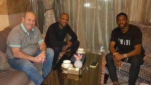 Óscar Grau y Eric Abidal, junto a Ousmane Dembélé, a quien visitaron horas antes de reunirse con Xavi Hernández en Doha (Catar)
