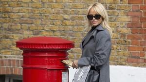 Pamela Anderson posa ante los fotográfos, mientras envía la carta a la primera ministra británica, Theresa Mai.