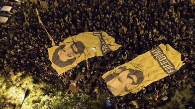 Pancartas con la imagen de Jordi Sánchez y Jordi Cuixart.