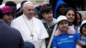 El Papa llevó a ocho niños refugiados libios en su Papamóvil el pasado mayo.