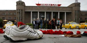 Un par de zapatillas y flores, en el lugar del cruel atentado vivido en Ankara, el pasado sábado.
