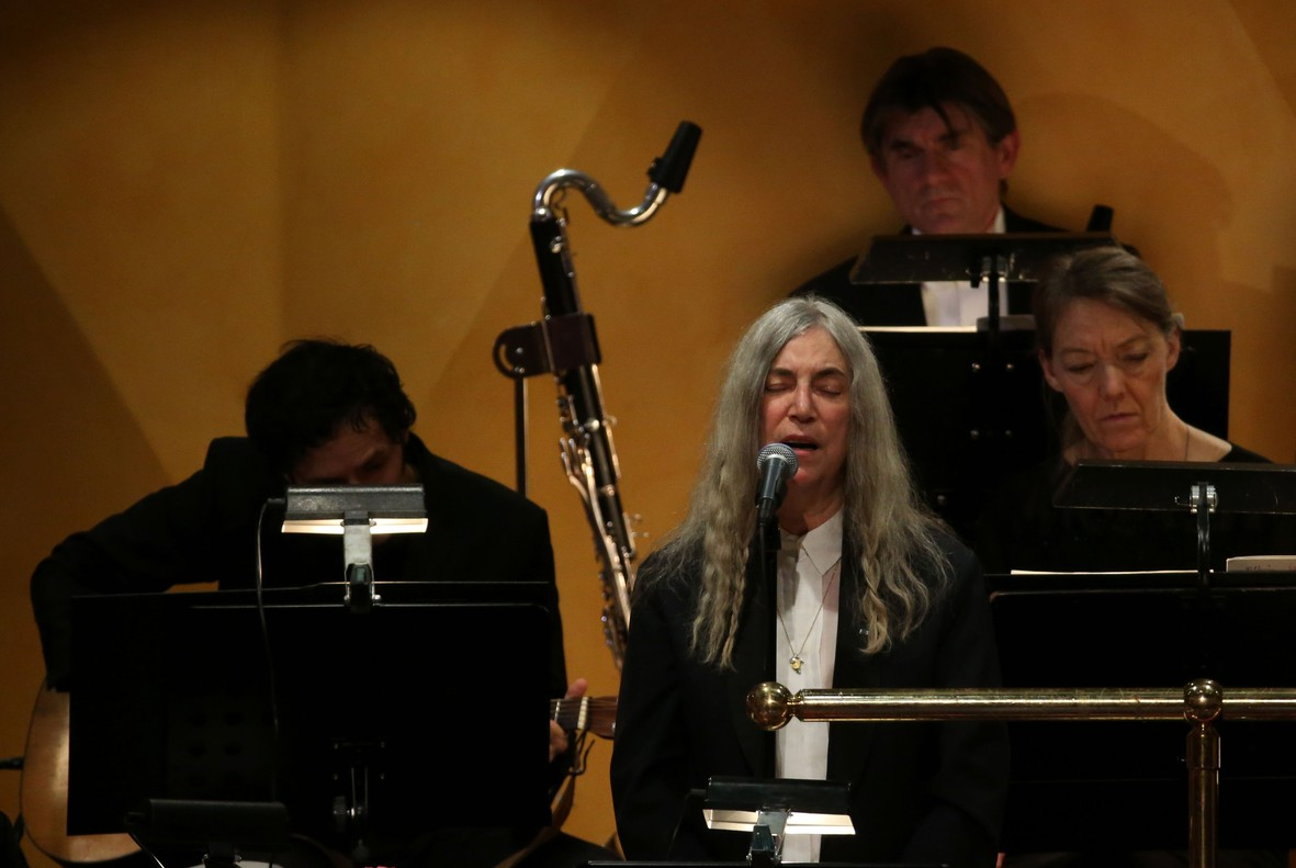 Patti Smith interpreta, muy emocionada, el tema 'A Hard Rain's A-Gonna Fall' de Bob Dylan, el ausente nuevo nobel de Literatura.