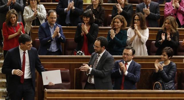 Pedro Sánchez recibe el aplauso de su grupo, el pasado viernes en el Congreso.