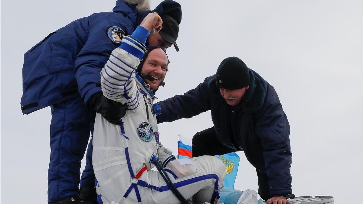 El personal de tierra ayuda a Alexander Gerst, de Alemania, a salir de la cápsula Soyuz MS-09.