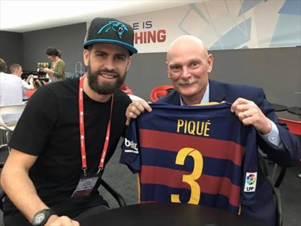 Piqué y John Hoffmann, en el Mobile World Congress del 2016.