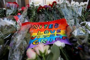 Un ramo de flores en homenaje a las víctimas de la masacre de Orlando.