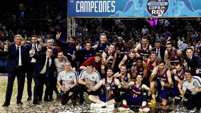 La polémica regresa a la Copa del Rey de baloncesto. En la imagen, los jugadores del Barça posan con el trofeo conseguido.