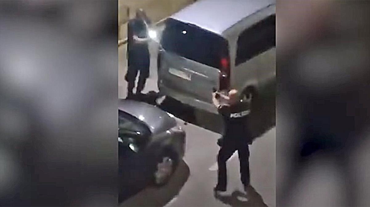 Un policía dispara al aire acorralado por jóvenes a los que pidió ponerse la mascarilla.