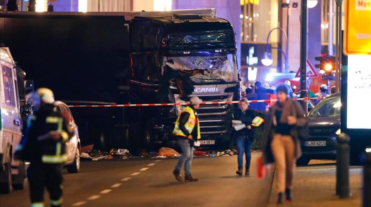 Los servicios de emergencia, junto al camión que causó la tragedia en el mercado navideño de Berlín.
