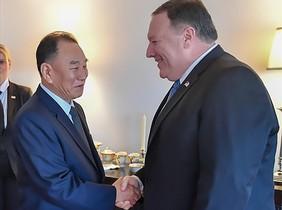 Pompeo (izquierda) y Kim Yong-chol departen en el encuentro de este miércoles en Washington.