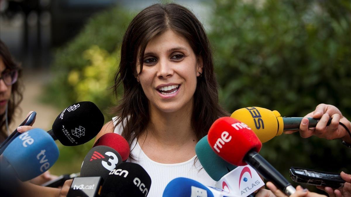 La portavoz de ERC, Marta Vilalta, atiende a los medios de comunicación.